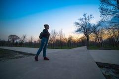 Yung kvinna som ser på solnedgång arkivbilder