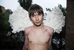 Yung Mann mit Flügeln 2 Stockbild