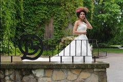 Yung prinsessa som går i trädgård Arkivfoto
