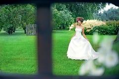 Yung prinsessa som går i trädgård Royaltyfri Foto