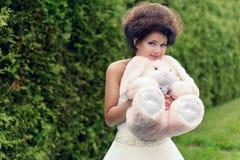 Yung prinsessa som går i trädgård Royaltyfri Fotografi