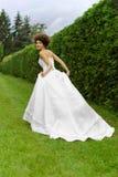 Yung prinsessa som går i trädgård Fotografering för Bildbyråer