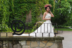 Yung Prinzessin, die in Garten geht Stockfoto
