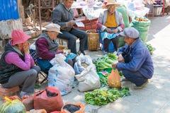 YUNNAN, CHINA - 20 DE MARÇO DE 2015: Mercado na vila antiga de Shaxi A Imagens de Stock Royalty Free