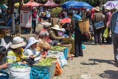 YUNNAN, CHINA - 20 DE MARÇO DE 2015: Mercado na vila antiga de Shaxi A Fotos de Stock Royalty Free