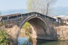 YUNNAN, CHINA - 20 DE MARÇO DE 2015: Ponte de Yujin na casa de campo antiga de Shaxi Fotografia de Stock