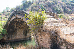 YUNNAN, CHINA - 20 DE MARÇO DE 2015: Shiao Bridge na casa de campo antiga de Shaxi Foto de Stock