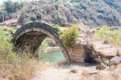 YUNNAN, CHINA - 20 DE MARÇO DE 2015: Shiao Bridge na casa de campo antiga de Shaxi Fotografia de Stock