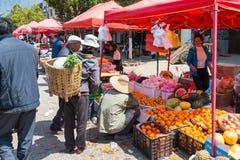 YUNNAN, CHINA - 20 DE MARZO DE 2015: Mercado en el pueblo antiguo de Shaxi A Foto de archivo libre de regalías