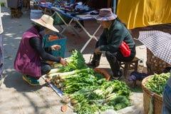 YUNNAN, CHINA - 20 DE MARZO DE 2015: Mercado en el pueblo antiguo de Shaxi A Fotos de archivo libres de regalías