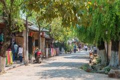 YUNNAN, CHINA - 22 DE MARZO DE 2015: Pueblo antiguo de Shaxi una ANC famosa Fotos de archivo