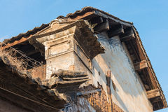 YUNNAN, CHINA - 21 DE MARZO DE 2015: Tejado en el pueblo antiguo de Shaxi un fa Imagenes de archivo