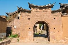 YUNNAN, CHINA - 20. MÄRZ 2015: East Village-Tor bei Shaxi alt Lizenzfreie Stockfotografie