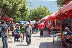 YUNNAN, CHINA - 20. MÄRZ 2015: Markt an altem Dorf Shaxi A Stockbilder