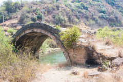 YUNNAN, CHINA - 20. MÄRZ 2015: Shiao Bridge an altem Landhaus Shaxi Stockfotografie