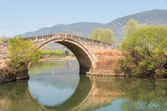 YUNNAN, CHINA - 20. MÄRZ 2015: Yujin-Brücke an altem Landhaus Shaxi Lizenzfreie Stockfotos