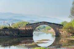 YUNNAN, CHINA - 20. MÄRZ 2015: Yujin-Brücke an altem Landhaus Shaxi Stockbilder