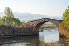 YUNNAN, CHINA - 21. MÄRZ 2015: Yujin-Brücke an altem Landhaus Shaxi Stockfotografie
