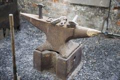 Yunque oxidado en taller foto de archivo libre de regalías