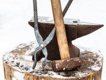 Yunque, pinzas del herrero y martillo en herrería Imagen de archivo