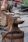 Yunque y martillo imagenes de archivo
