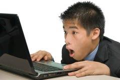 Yuppie die bij laptop het scherm staart Stock Foto's