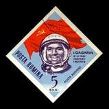 Yuri Gagarin sovjetisk astronaut, 1st man i utrymmet, röd sovjetisk flagga, RUMÄNIEN, circa 1964, Arkivfoton