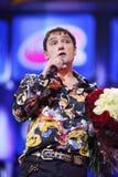 Yuri Shatunov dice al micrófono en escena Foto de archivo