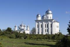 Yuriev kloster Kyrka av vår frälsare bilden och domkyrkan av St George Velikiy Novgorod Royaltyfria Bilder