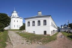 Yurievklooster Heilige Dwarskathedraal, Orlovsky-geval en St George Kathedraal Velikiy Novgorod royalty-vrije stock foto
