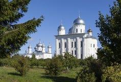 Yurievklooster Kerk van Onze Verlosser het Beeld en de Kathedraal van St George Velikiy Novgorod stock foto's