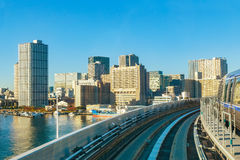 从Yurikamome单轨铁路车天空火车的都市风景在Odaiba在东京 免版税库存图片