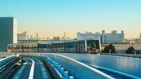 从Yurikamome单轨铁路车天空火车的都市风景在Odaiba在东京 免版税图库摄影