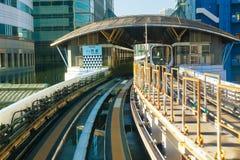 从Yurikamome单轨铁路车天空火车的都市风景在Odaiba在东京 库存图片