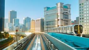 从Yurikamome单轨铁路车天空火车的都市风景在Odaiba在东京 库存照片