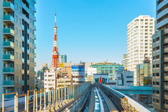从Yurikamome单轨铁路车天空火车的都市风景在Odaiba在东京 图库摄影