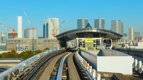 从Yurikamome单轨铁路车天空火车的都市风景在Odaiba在东京 免版税库存照片