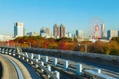 从Yurikamome单轨铁路车天空火车的都市风景在Odaiba,人工岛在东京 图库摄影