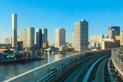 从Yurikamome单轨铁路车的都市风景 库存图片