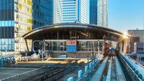 从Yurikamome单轨铁路车的都市风景 图库摄影