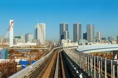 从Yurikamome单轨铁路车的都市风景 免版税库存照片