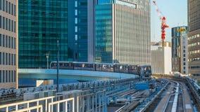 从Yurikamome单轨铁路车的都市风景 免版税库存图片