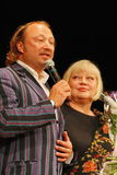 Yuriy Galtsev在她的诞生的那天祝贺斯韦特兰娜Kryuchkova,发音庄严的讲话并且给花 库存图片