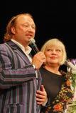 Yuriy Galtsev félicite Svetlana Kryuchkova le jour de sa naissance, prononce un discours solennel et donne des fleurs Images stock