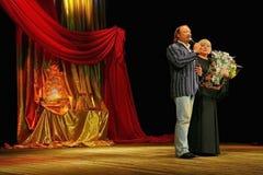 Yuriy Galtsev felicita Svetlana Kryuchkova no dia de seu nascimento, pronuncia um discurso solene e dá flores Fotografia de Stock Royalty Free
