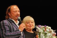 Yuriy Galtsev wenst Svetlana Kryuchkova op de dag van haar geboorte geluk, spreekt een plechtige toespraak uit en geeft bloemen Stock Afbeeldingen