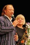 Yuriy Galtsev wenst Svetlana Kryuchkova op de dag van haar geboorte geluk, spreekt een plechtige toespraak uit en geeft bloemen Royalty-vrije Stock Fotografie