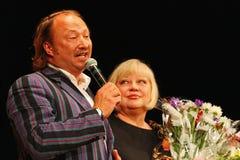 Yuriy Galtsev wenst Svetlana Kryuchkova op de dag van haar geboorte geluk, spreekt een plechtige toespraak uit en geeft bloemen Royalty-vrije Stock Foto's