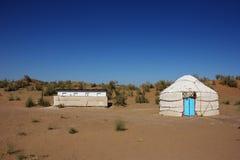 Yurt και η τουαλέτα στο στρατόπεδο τουριστών Στοκ εικόνες με δικαίωμα ελεύθερης χρήσης
