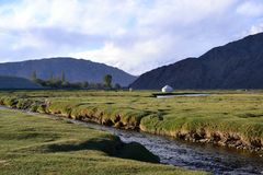 Yurt con il fiume in Tashkurgan e montagne, Xinjiang, Cina immagini stock libere da diritti